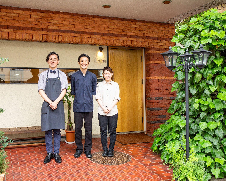 山田さん(中央)、スタッフの近藤雅明さん、河田明莉(かわた あかり)さん。