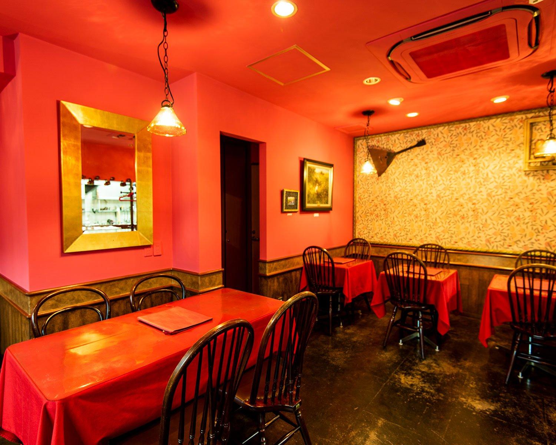 ローズティリアン色の壁や天井が印象的。