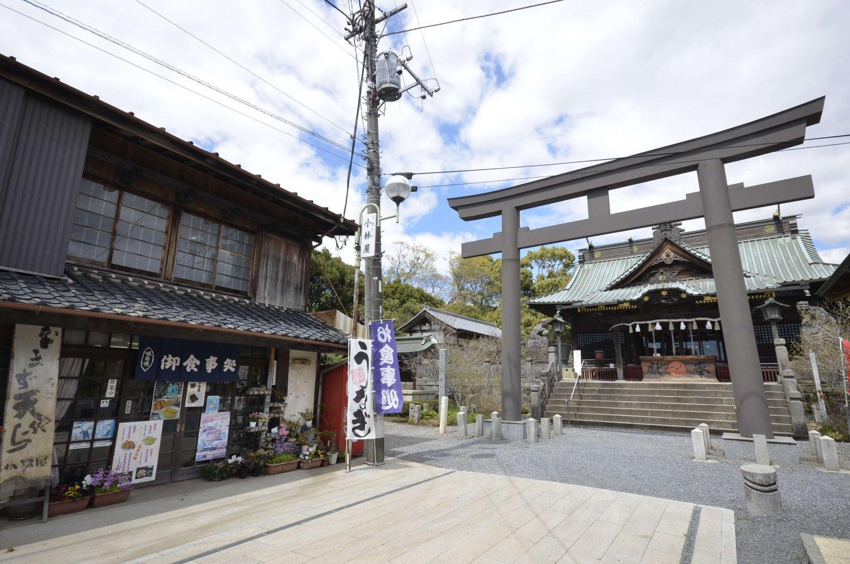 創業は社殿再建の翌年。八幡宮稲荷神社は店のあたりにあったとか。