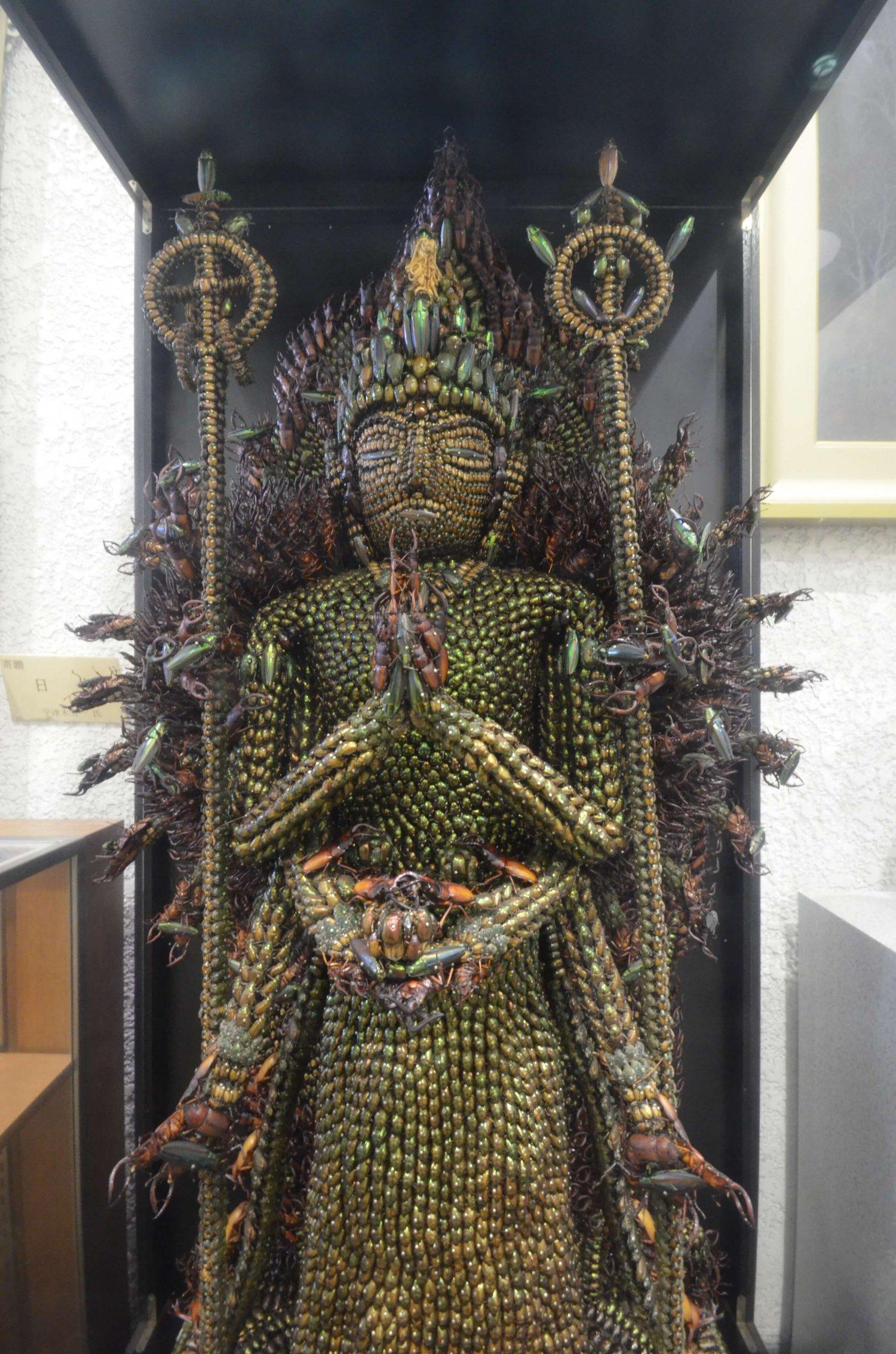 唐招提寺金堂の千手観音がモデル。台座を含めた高さは約180㎝。