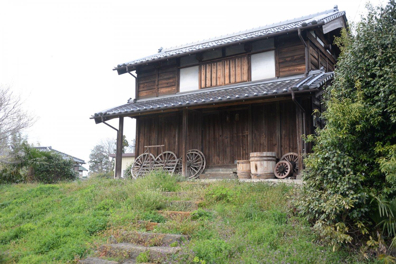 土盛りをして主屋より3〜5m高い場所に建てられた水塚。