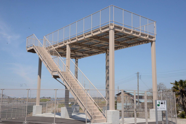 屋上部分に約100名が避難できる高さ6mの鉄骨製洪水避難タワーは「現代版水塚」。
