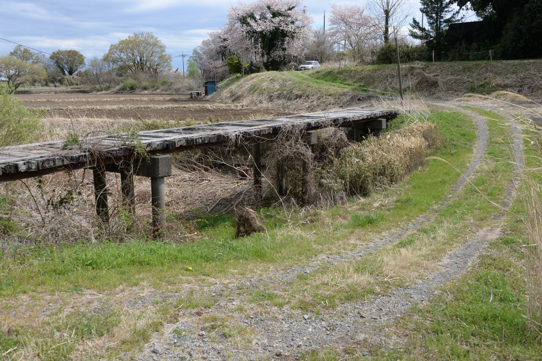 大水時以外流れない昔の本流に架かる北坪東橋。横の道は沈下道?