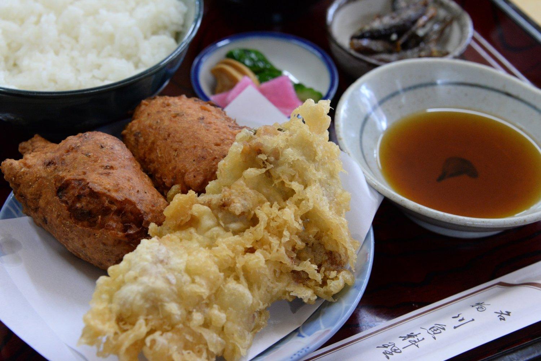 2つの名物が味わえる「なまず天ぷらとたたきあげ定食」740円。