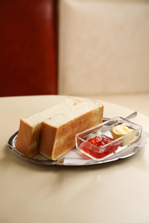銀皿もバター入れも開店当時のままのトースト220円。ブレンドコーヒー420円。