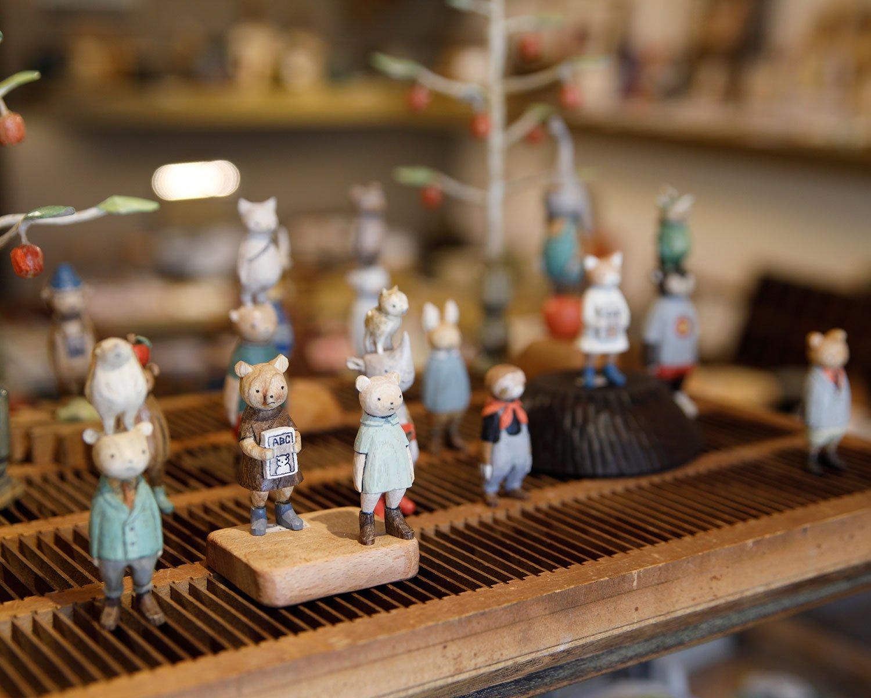 木工くま吉さんの木彫人形4400円~。