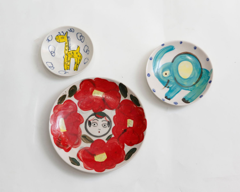 キダサトコさんのゾウの皿1650円、こけしの皿3300円。