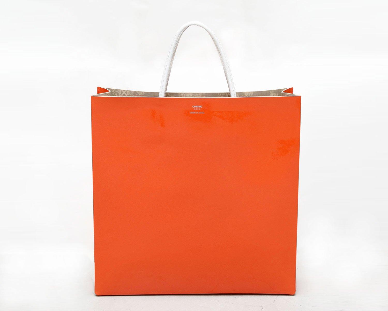 紙袋みたいな革トート2万900円~。