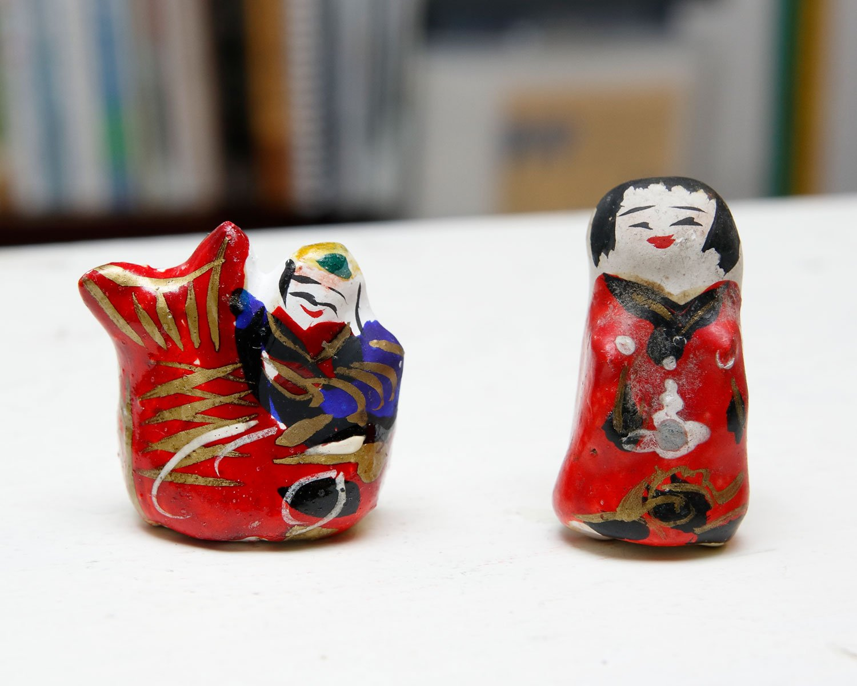 香川の古いつまみ人形(鯛持えびす、奉公さん)。各770円。