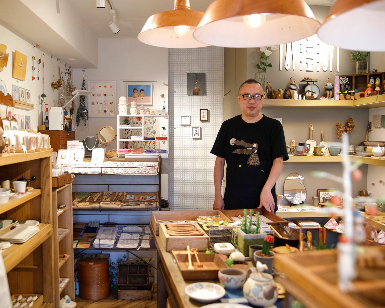 「好きなものに囲まれてそれを商いにできるのは喜び」と山﨑さん。右上の棚は骨董コーナー。