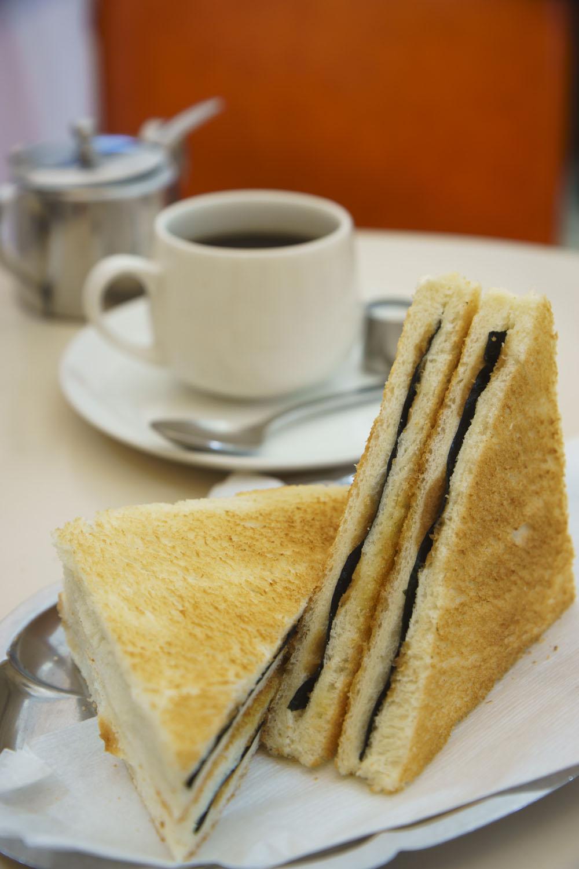 名物「元祖のりトースト」200円は、焼きのりをはさんだバターしょうゆ味。忘れられぬ味。
