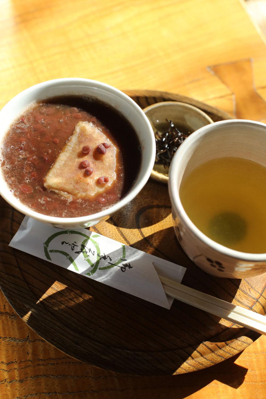煎茶が付くおしるこ600円。餅は玄米かよもぎ。大きな器にたっぷり入る。
