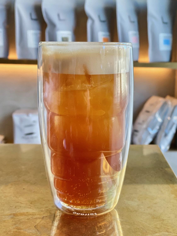 ソーダ水にエスプレッソを注いだエスプレッソソーダ560円。炭酸がコーヒーを引き立て、ぐんと華やかな風味に。(撮影= LIMENAS COFFEE)