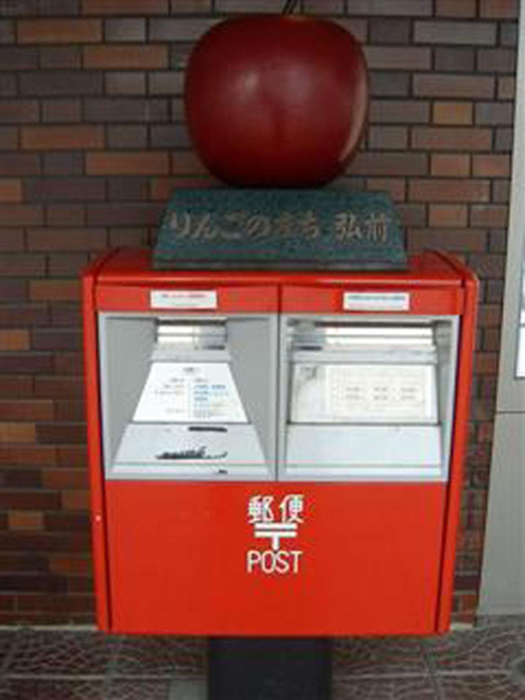 弘前駅のりんごポスト(2001年撮影)