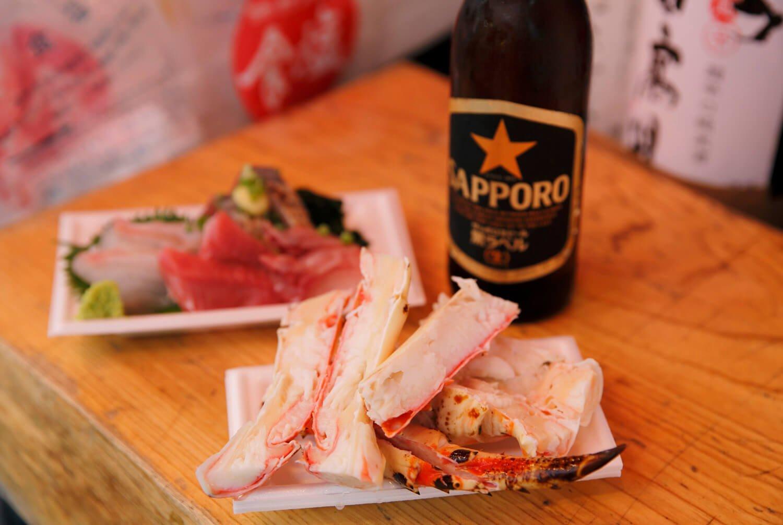 極太タラバガニ1000円、日替わりの刺盛りとビールのセット1000円。
