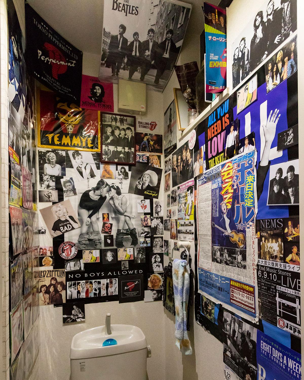 ポスターや新聞が全面に貼られたトイレ。ビートルズやほかのアーティストへの愛情が伝わってくる。