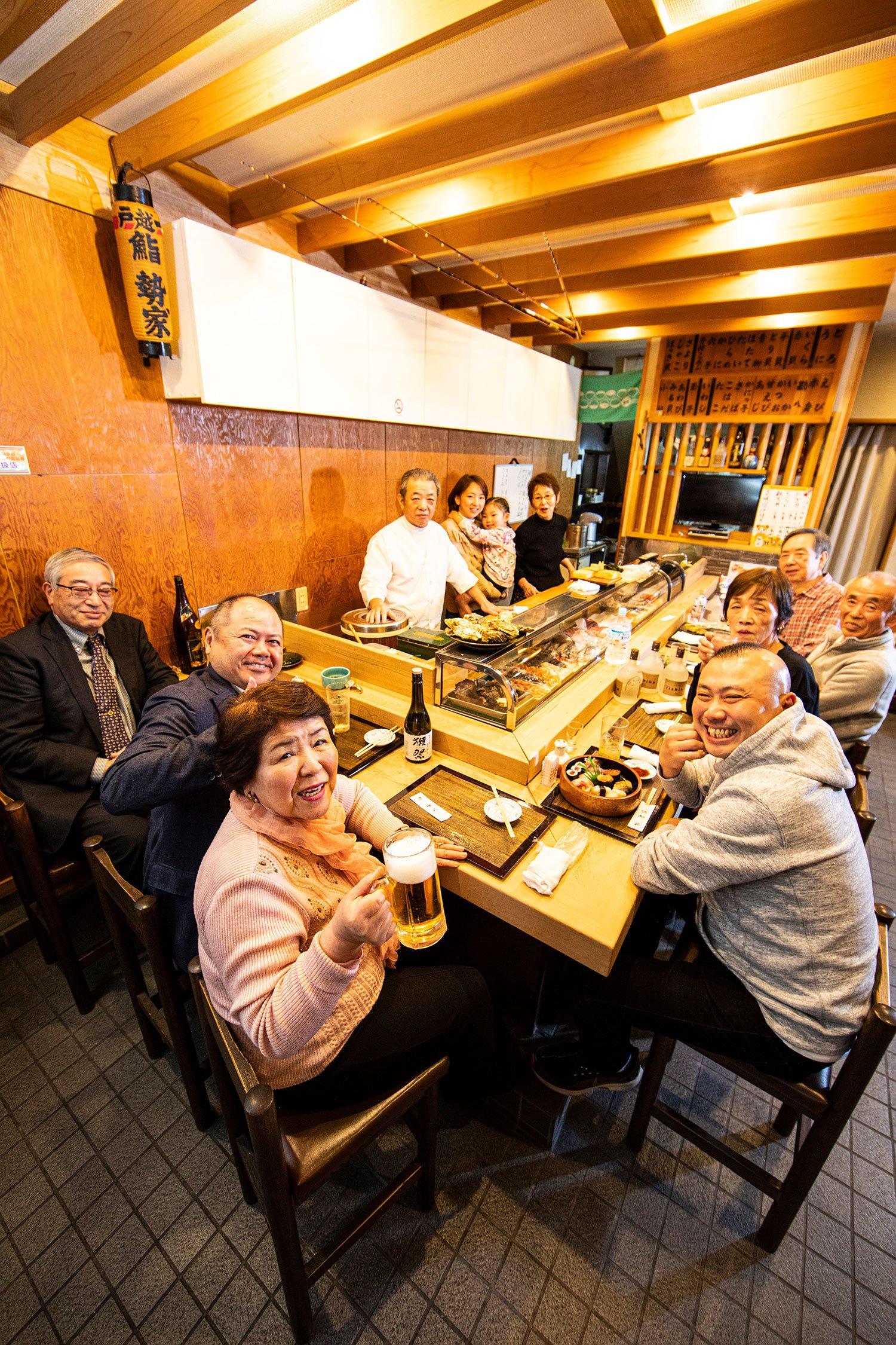 宮治さんいきつけの寿司屋『勢家』は、家族ぐるみの付き合い。「ここに来たらみんな親戚なの!」という常連さんも皆ご近所さん。