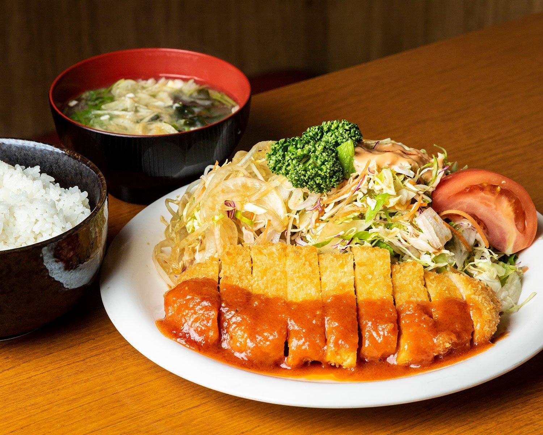 盛り合わせとんかつ定食1170円。ごはんもサラダもボリューム満点。最初からソースがかけてあるのは、店主が修業した蒲田の『さんきち』と同様。