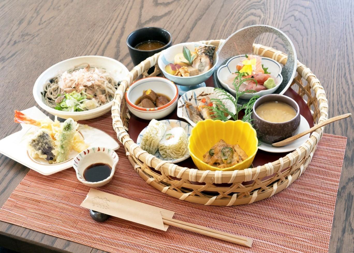 饗膳(おもてなし)ランチ2600円。季節により内容は変動(写真は12月のメニュー。デザート・コーヒー付き)。