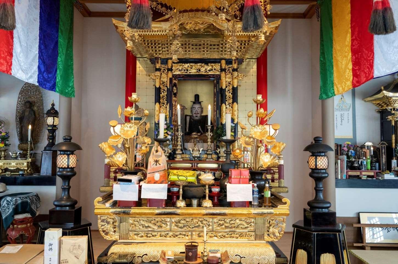 本堂には、光秀も拝んだに違いない義貞公木像や阿弥陀三尊来迎仏が安置されている。