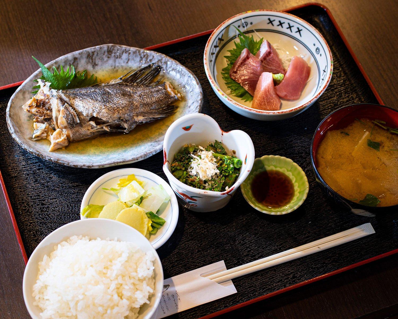 煮魚定食のそい煮990円は刺し身付き。早春はメバルなどが登場。