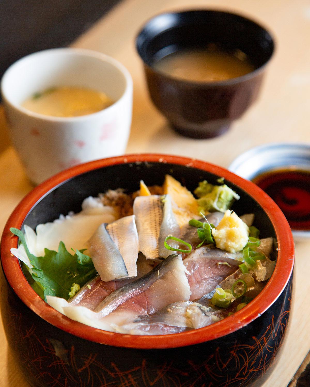 しめ鯖やコハダなどが所狭しとのる青魚丼990円は、寿司屋ならではの丼。