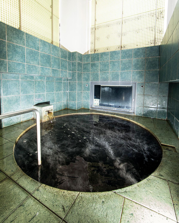 階上には露天風呂が。「陽の湯」は黒湯だ。
