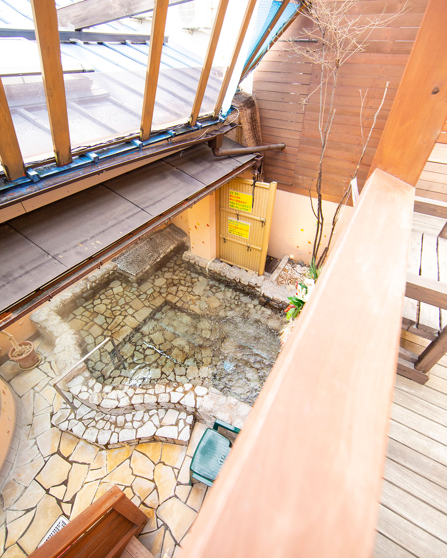 「大地の湯」の露天風呂ではウッドデッキで涼める。
