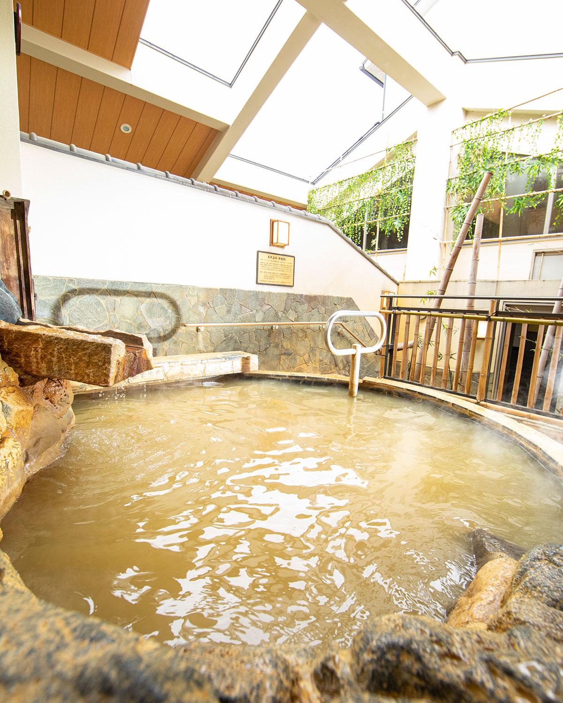 黄金の湯と呼ぶナトリウム-塩化物強塩泉は療養泉。露天風呂にあり。