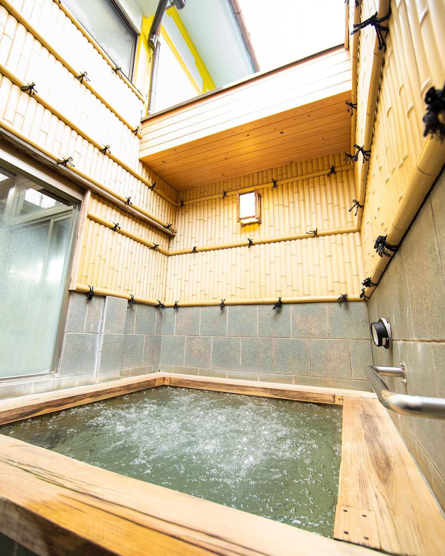 ヒノキの露天風呂。浴室は火曜に男女が入れ替わる。