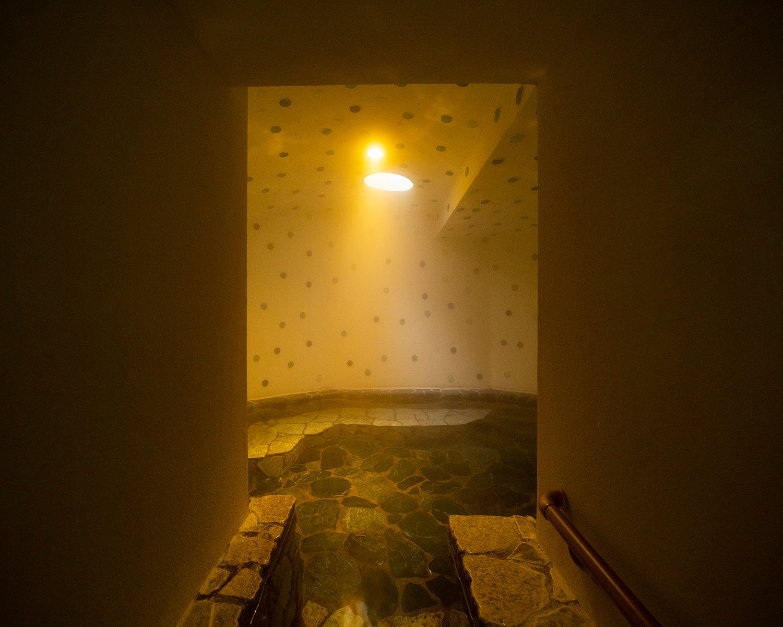 「太陽の湯」は露天風呂の奥に洞窟風呂が。