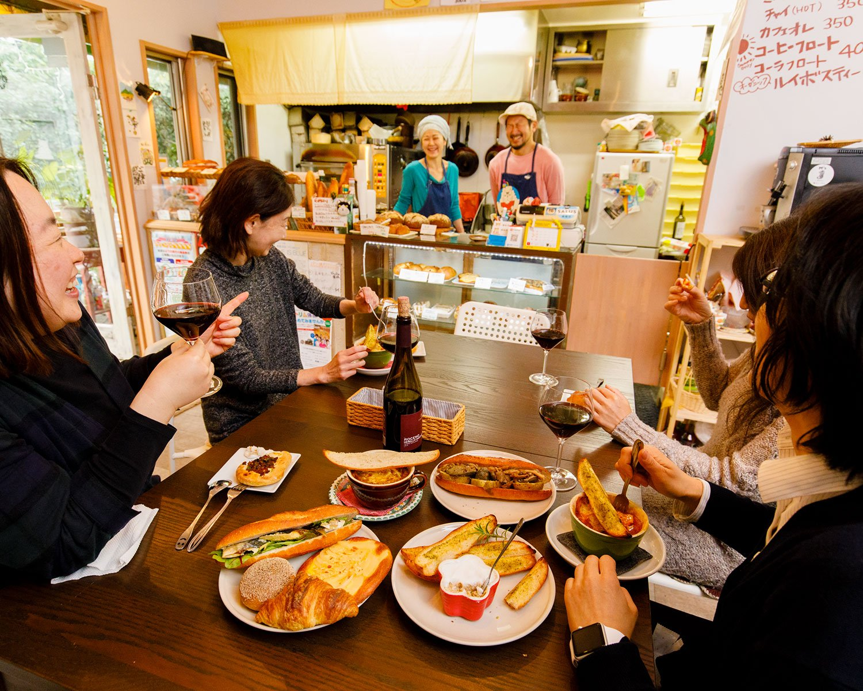 グラスワインは550円(税別)。リエットなどの料理はパン付きで550円(税別)。