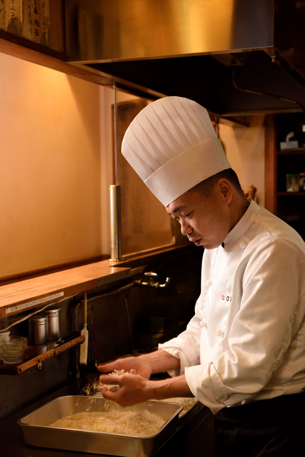 「カキフライの7割は素材で決まる。料理人にできることは少ないですよ」と笑う、オーナーシェフの後藤義彦さん。