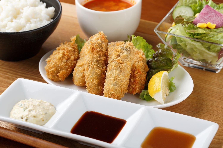 6個の牡蠣フライランチ1200円。カキは二口で食べられる中サイズ。