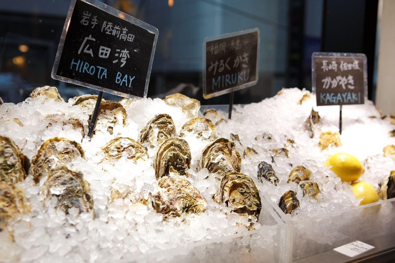 スタッフ自ら日本中の産地に足を運び、生産者と語ってカキを選んでいる。ランチでも生ガキを注文できるのでカキ好きにはたまらない。