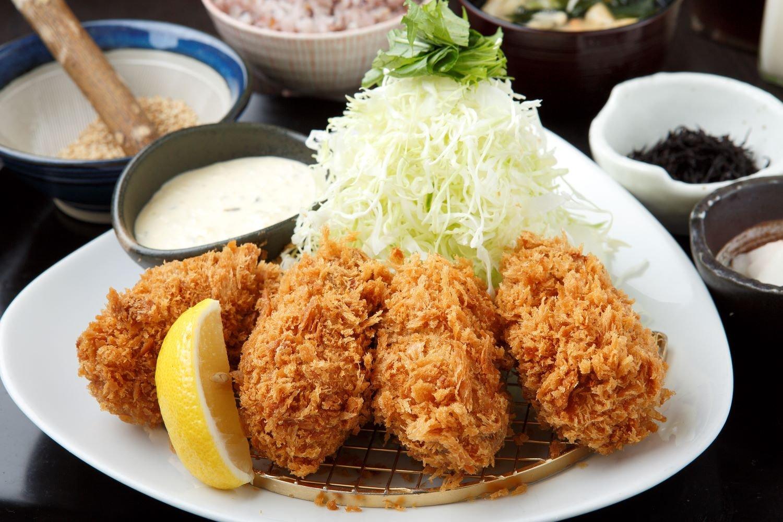 牡蠣フライ(4個)御膳1680円。ご飯は白米と十六穀米が選べる。味噌汁は油揚げや エノキなど具だくさん。おかわり可。