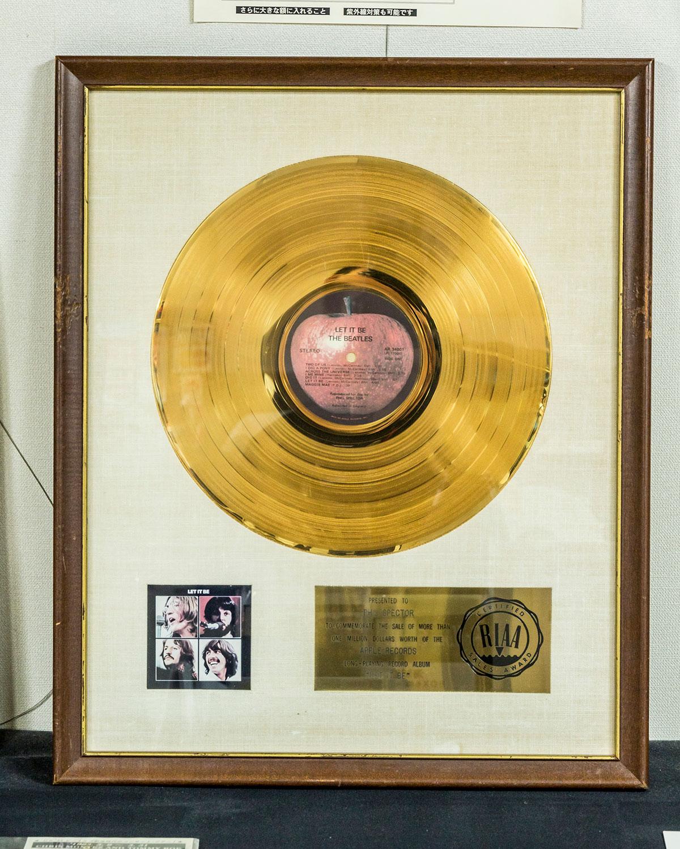同アルバムのプロデューサー、フィル・スペクターが所有していた『レット・イット・ビー』のゴールドディスク。ビートルズ研究所の中でもとくに貴重なアイテムのひとつ。