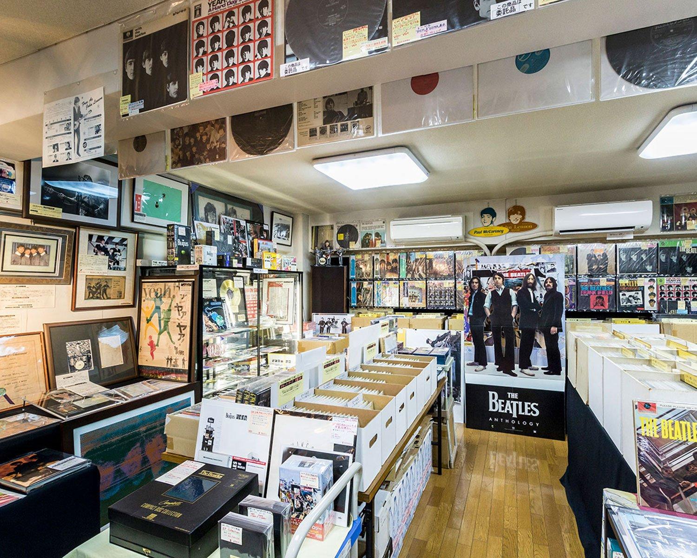 店内すべてビートルズという景色が壮観。壁には直筆サインが飾られている。様々なセールが開催されており、会員登録をすればセールの告知ハガキや最新のカタログが届く。初めての人は電話で確認を。