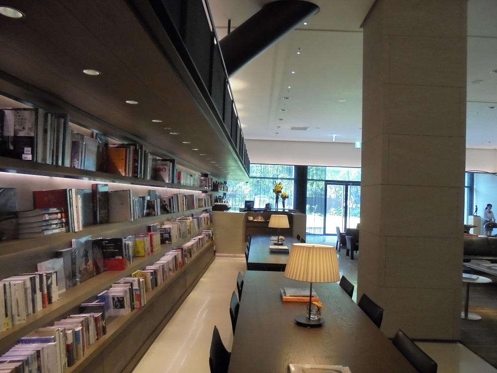 館内にはたくさんの本が置かれている。