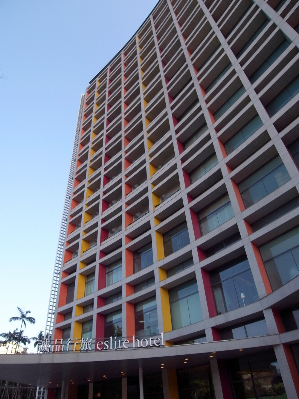 建築家・伊東豊雄による美しい曲線が特徴の建築。