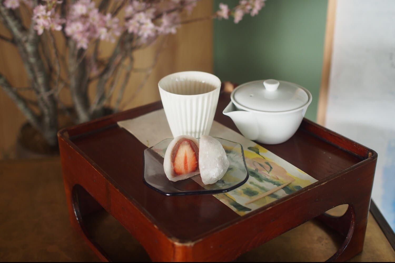 お茶と和菓子のセット 1200円(内容は月ごとに変更)