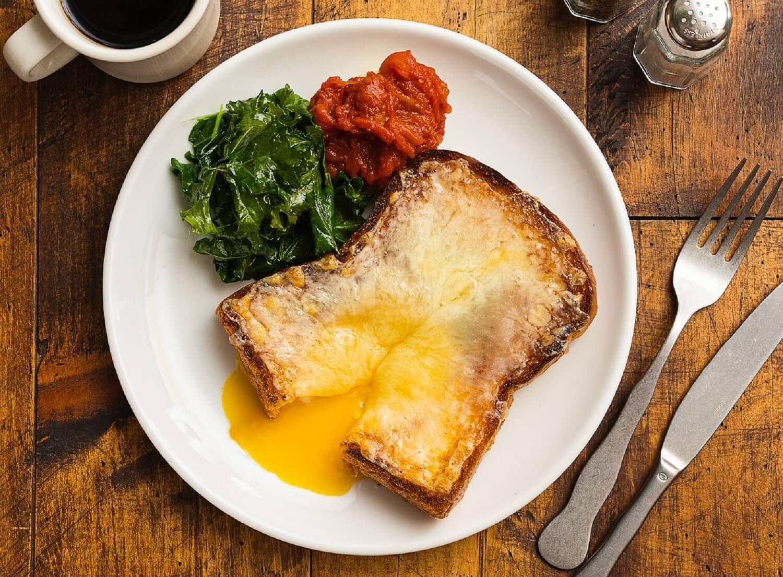エッグロスコ1580円(税別)。バターたっぷりの食感にこだわったオリジナルのブリオッシュに、平飼い有精卵とホワイトチェダーチーズをふんだんに乗せて焼き上げた。