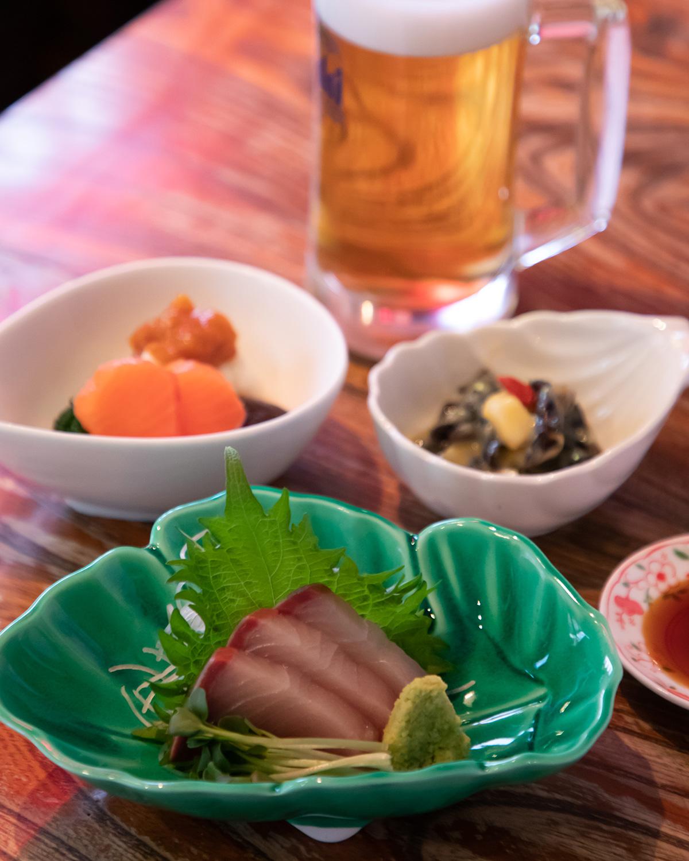 料理3品にドリンク1杯が付いて950円というお得な「金魚セット」。