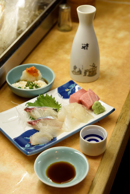 白子ポン酢1000円、特上盛り合わせ刺し身1300円。毎日豊洲市場で店主自ら選ぶ魚は絶品。日本酒1合450円~。