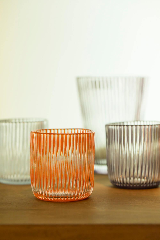 吹きガラス作家のグラスを使用。独特の色や風合いが魅力。小グラス7560円。