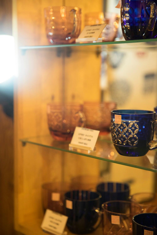 江戸切子のカップは店内で購入も可能。柄は8種類、色は青と金赤の各2色がそろう。