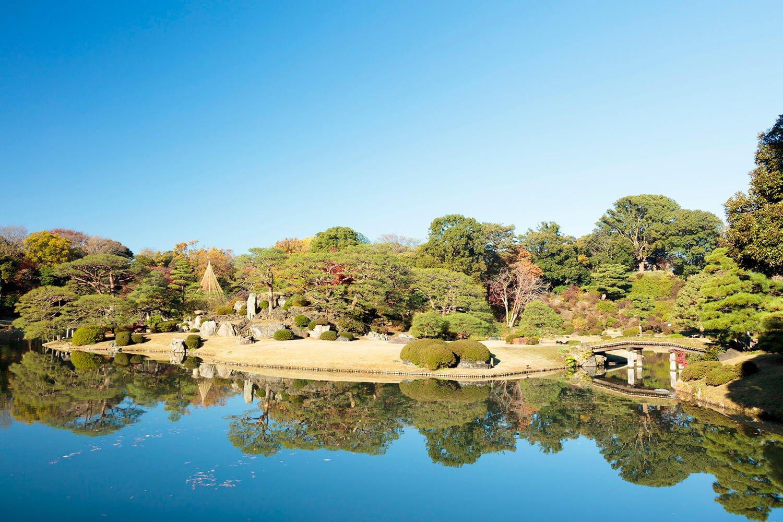 小石川後楽園とともに江戸の二大庭園に数えられた六義園は、巣鴨駅から徒歩10分ほど。