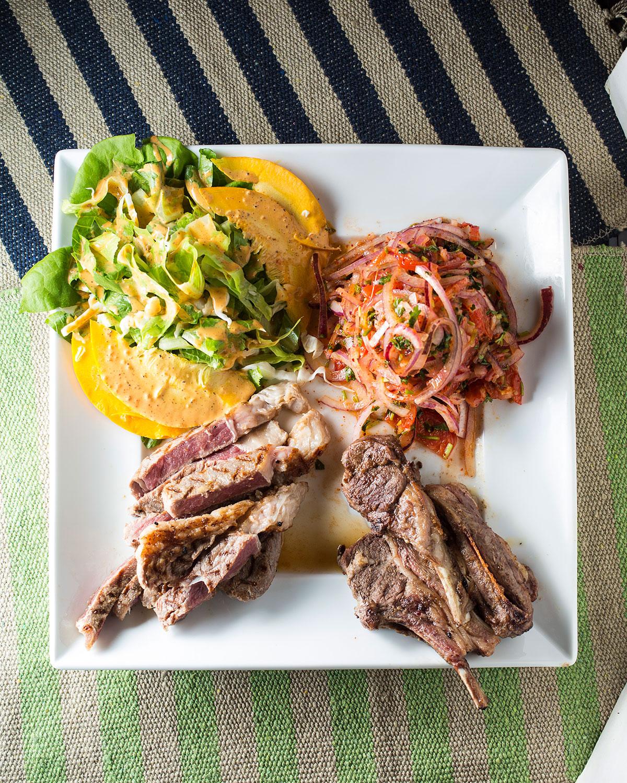 ケニアの焼き肉、ニャマチョマ2800円(税別)。ピリ辛の薬味・カチュンバーリ(右上)をのせる。(2017年9月当時の提供方法)