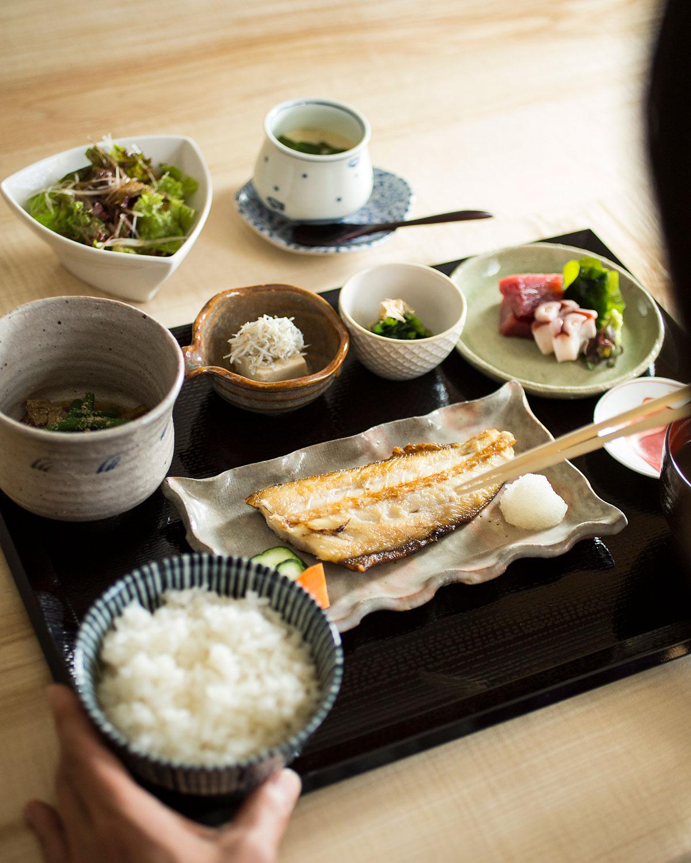 サラダと茶碗蒸しから運ばれる本日の万福御膳1100円にお刺身350円を追加。ご飯は山形県産コシヒカリ。寿司御膳もある。昼は予約不可。
