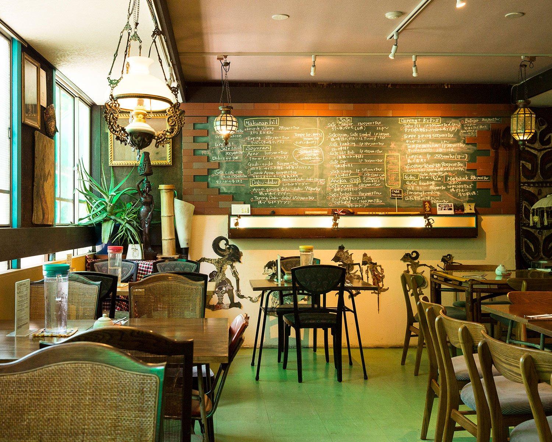 日本最古のインドネシアレストラン『セデルハナ』の後を継いだ店内。味わいがある。